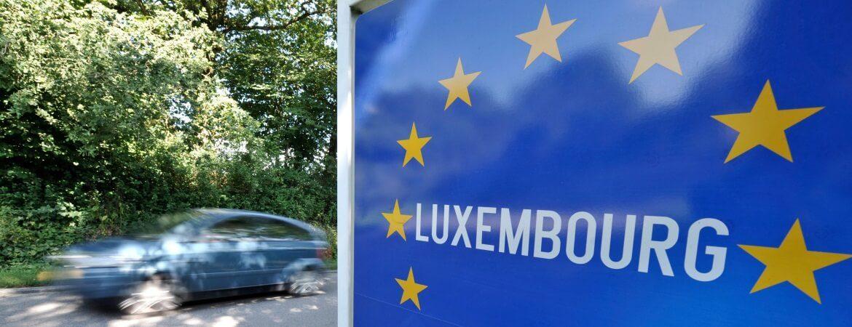 Auto fährt nach Luxemburg