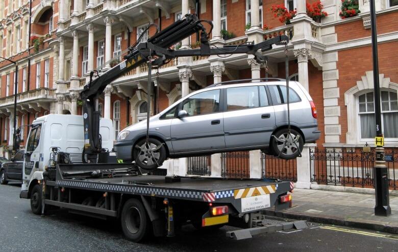 Auto in London wird abgeschleppt