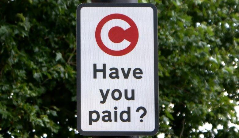 Schild mit Hinweis auf die Congestion Charge in London