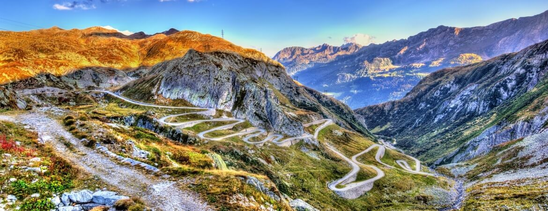 Blick über den kurvenreichen Gotthardpass in den Schweizer Alpen bei Sonnenuntergang