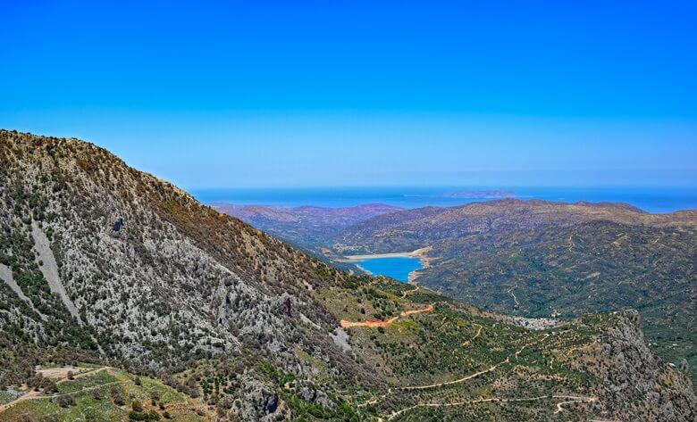 Blick von der Lasithi-Hochebene auf Kreta über das Tal bis zum Meer