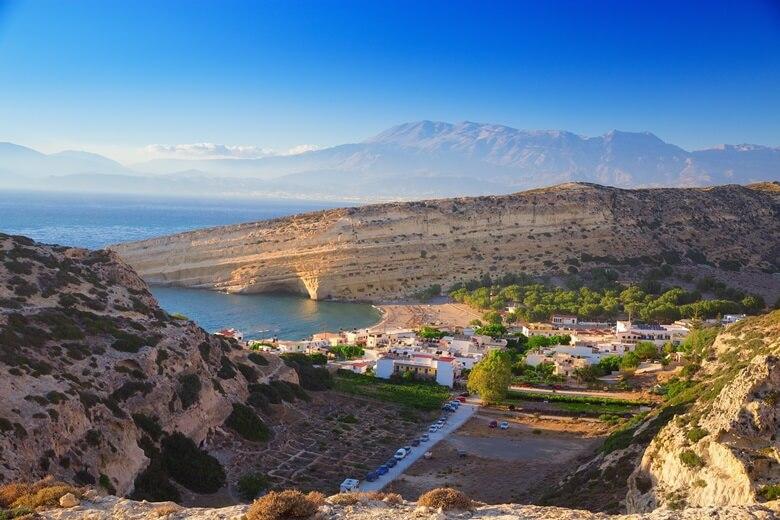 Blick über das Dorf Matala auf Kreta