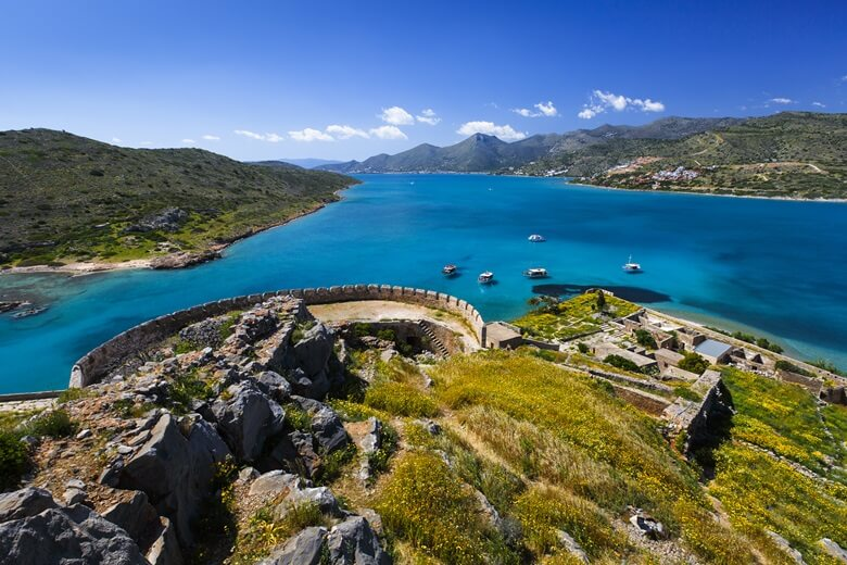 Blick über die Halbinsel und ehemalige Leprakolonie Spinalonga auf Kreta