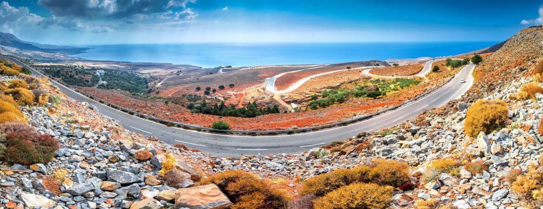 Malerische Straße auf Kreta mit Blick auf das Meer