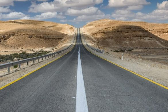 Straße in der Negev-Wüste in Israel