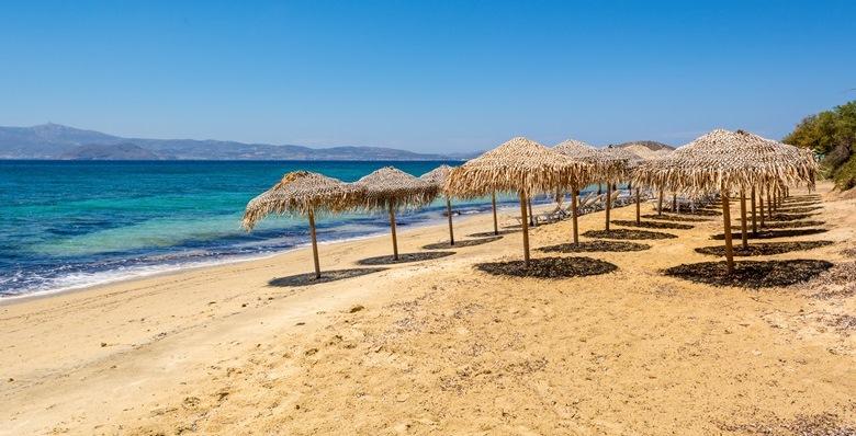 Schöner Strandabschnitt bei Agia Anna mit Sonnenschirmen auf der griechischen Insel Naxos