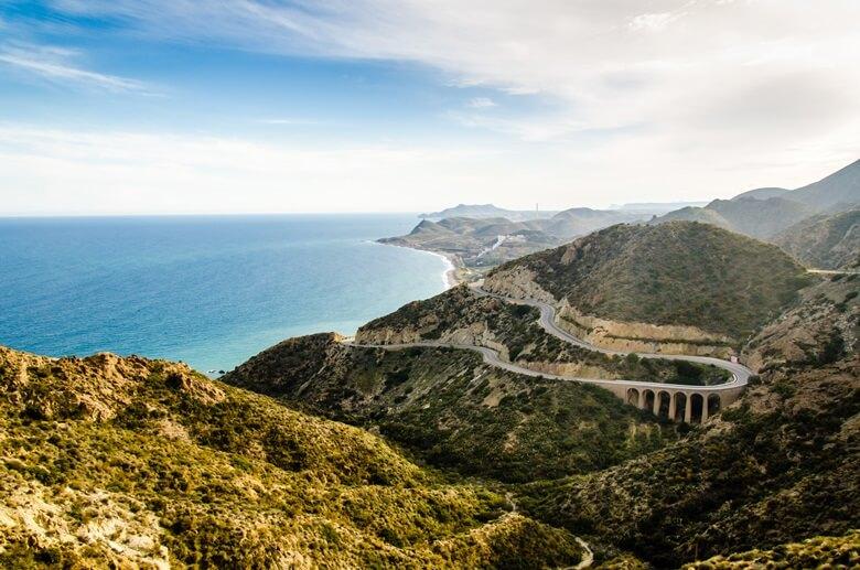 Kurvige Straße an der Südostküste Spaniens