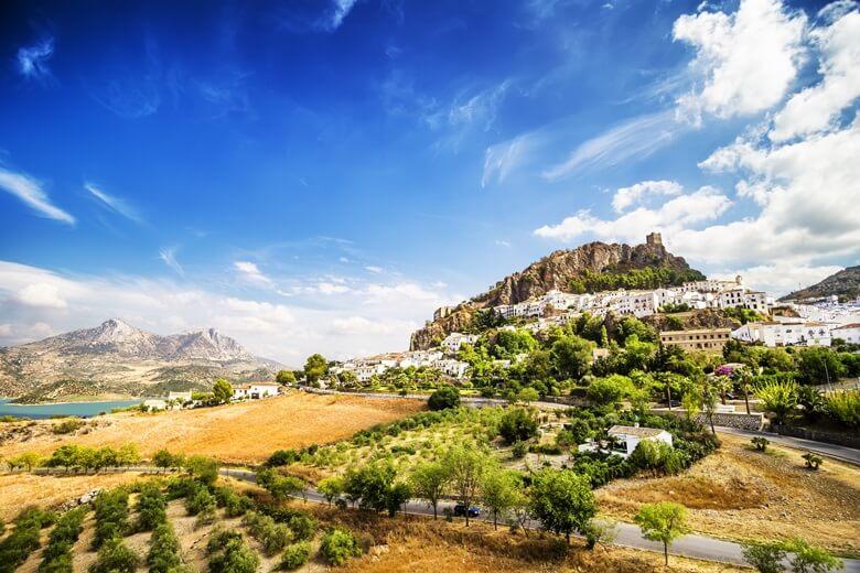 Traumhafte Hügellandschaft mit Bergdörfern in Andalusien