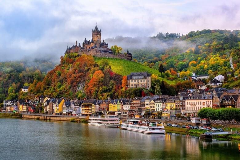 Die wunderschöne Kleinstadt Cochem mit der gleichnamigen Burg im Moseltal