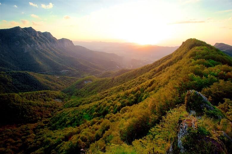 Vulkanregion Garrotxa im spanischen Katalonien bei Sonnenuntergang
