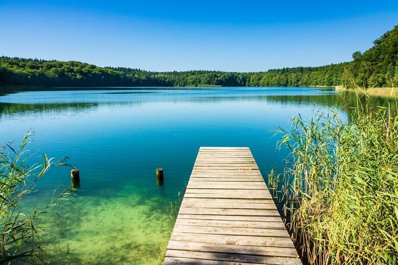 Steg an der Mecklenburger-Seenplatte an einem sonnigen Tag