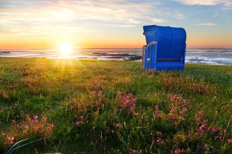 Strandkorb bei Sonnenuntergang in Ostfriesland
