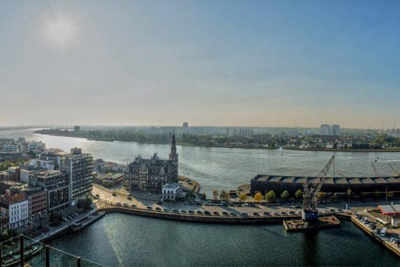 Autos parken an der Schelde in Antwerpen