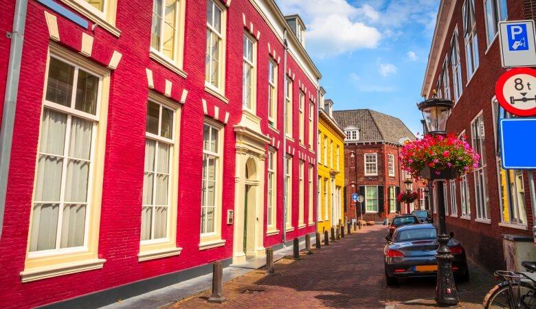 Parkplätze in Utrecht in einer kleinen Seitengasse