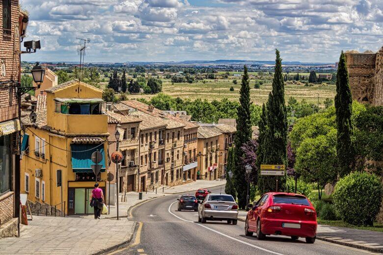 Autos fahren durch eine spanische Stadt