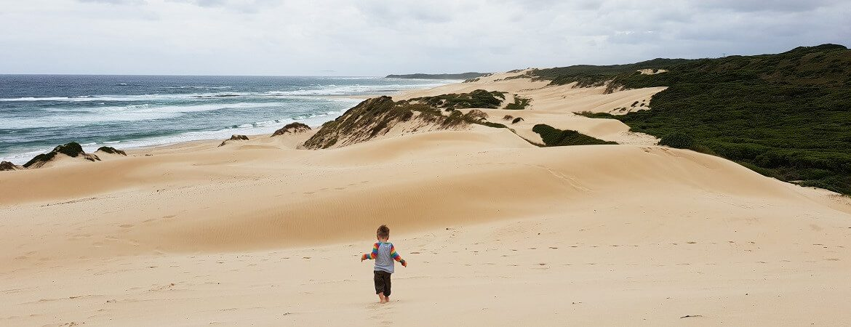 Kleinkind am Strand in Südafrika