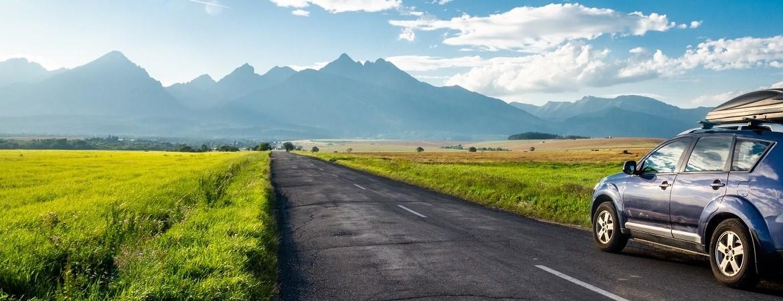 Auto fährt auf einer Straße auf einem Berg zu