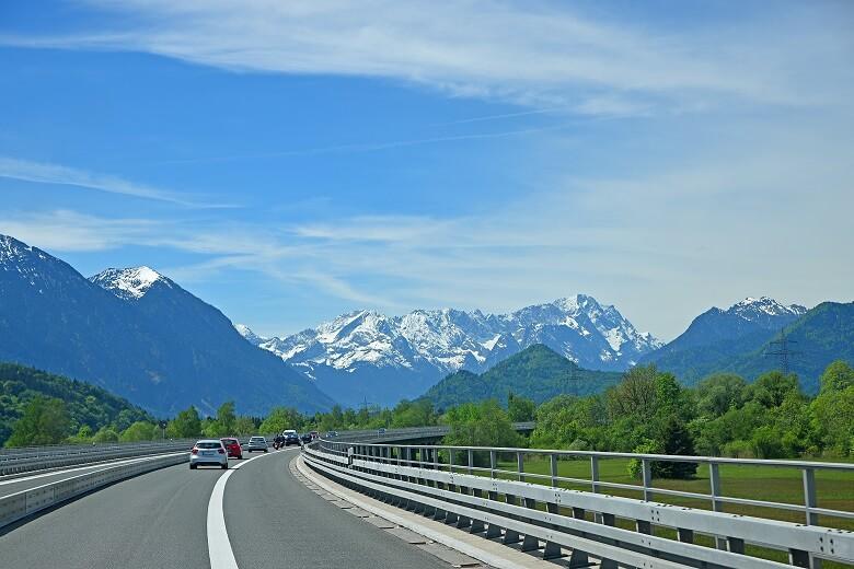 Roadtrip durch Bayern mit der Zugspitze im Hintergrund