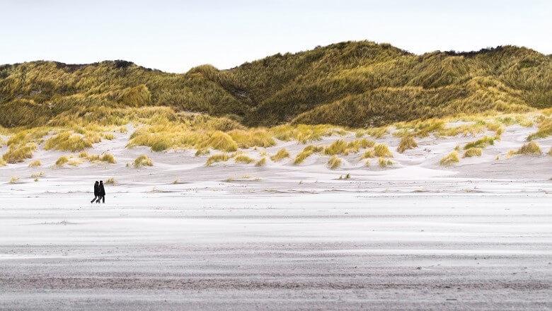 Spaziergänger auf der Insel Juist in Ostfriesland