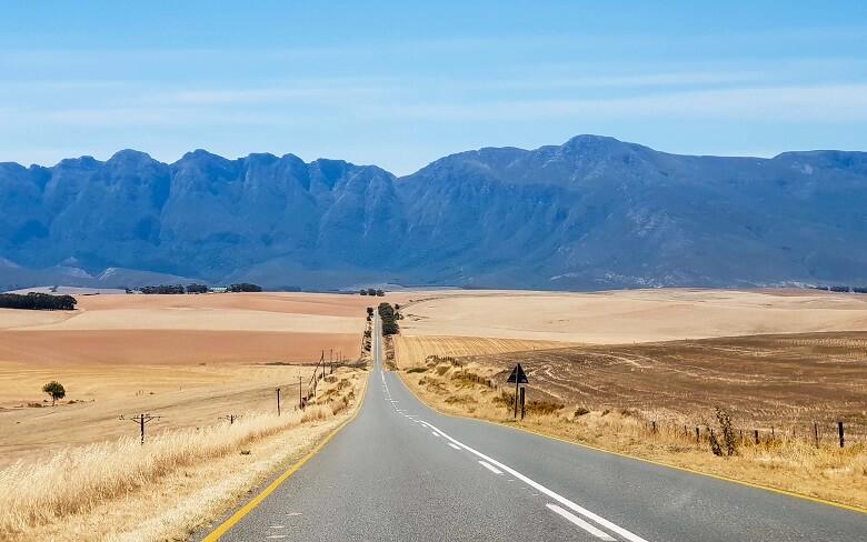Straße durch Swellendam in Südafrika