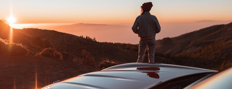 Frau blickt auf einen Sonnenuntergang