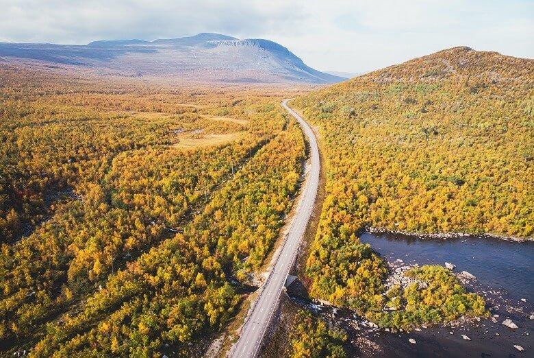 Straße zum Abisko Nationalpark in Schwedisch Lappland