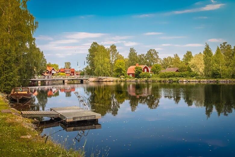 See und Schwedenhäuser in der schwedischen Provinz Dalarna