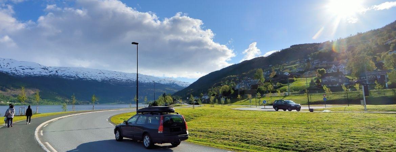 Straße mit Auto in Norwegen