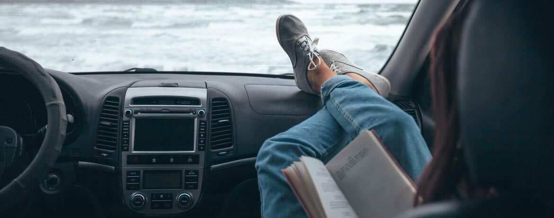 Frau liest im Auto