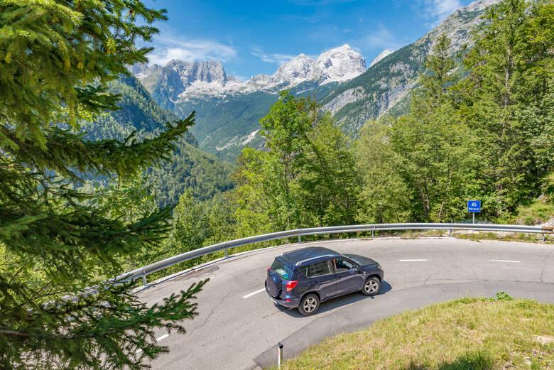 Auto auf einem Alpenpass in Slowenien